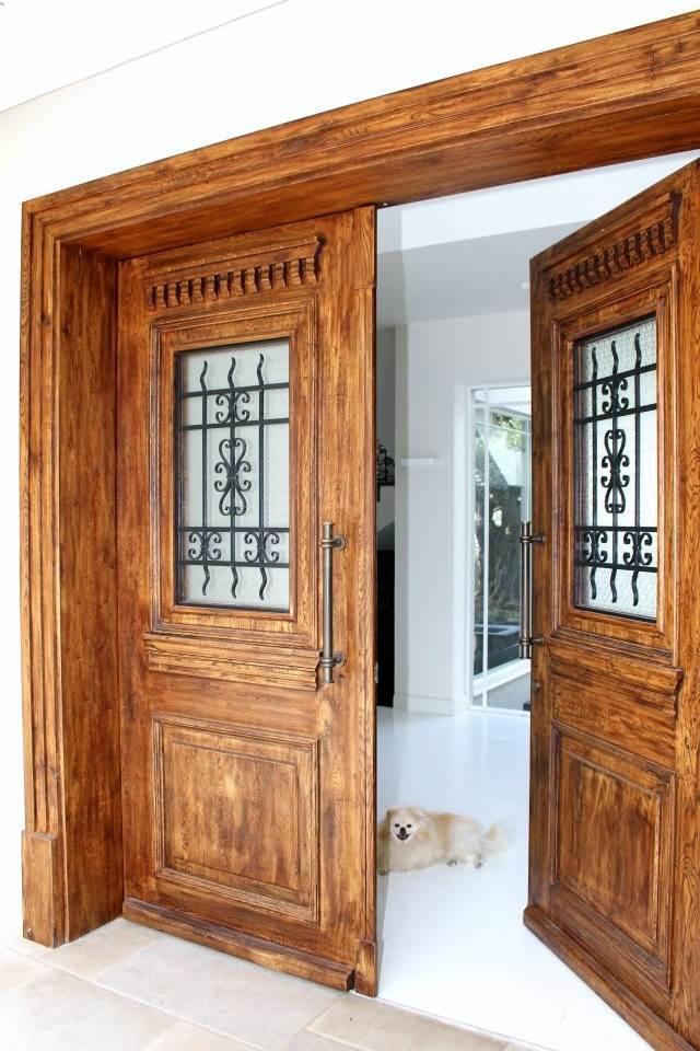 כבר מהכניסה לבית ניתן לשלב עיצובים בעץ כמו דלת הכניסה
