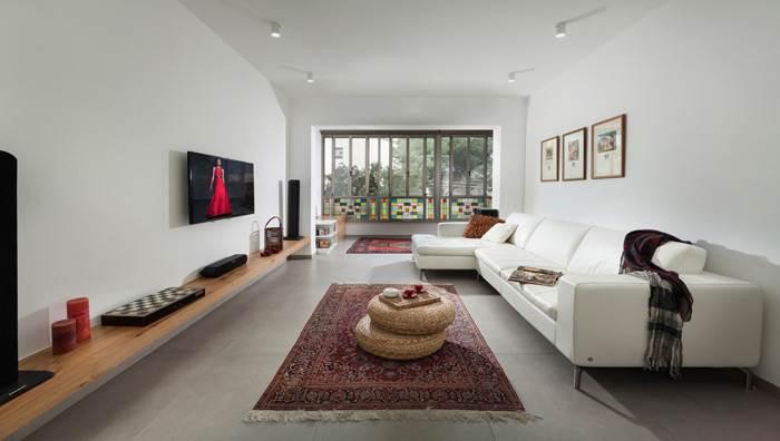 חלל הסלון לאחר השיפוץ - עיצוב נקי וחמים גם יחד