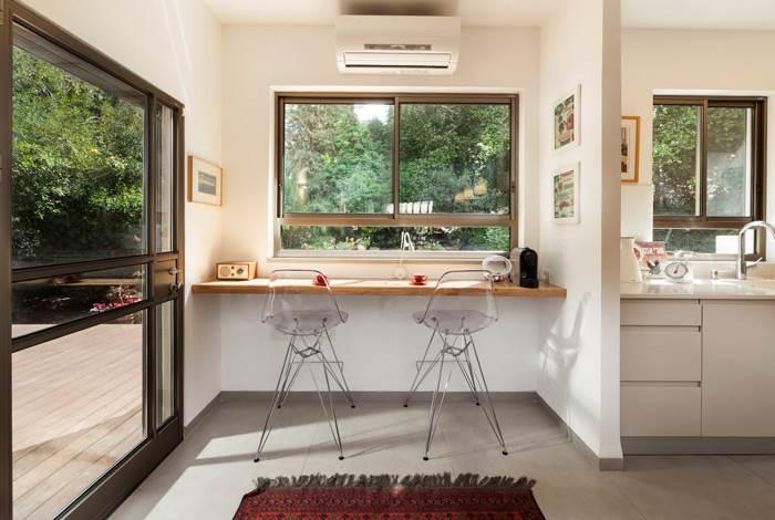 איזור המטבח נפתח ועוצב מחדש ומשקיף אל החצר הירוקה
