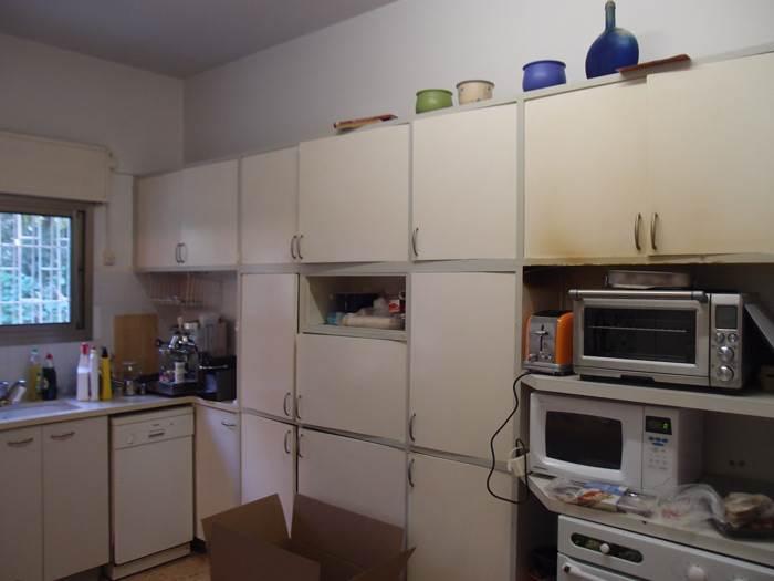 לפני: מטבח חשוך ועמוס. צילום: בלהה נברי