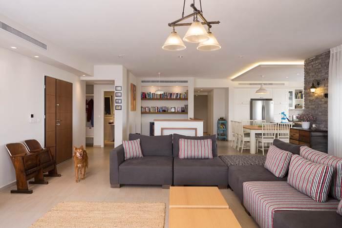 הסלון עוצב בשילוב פריטי הוינטאג