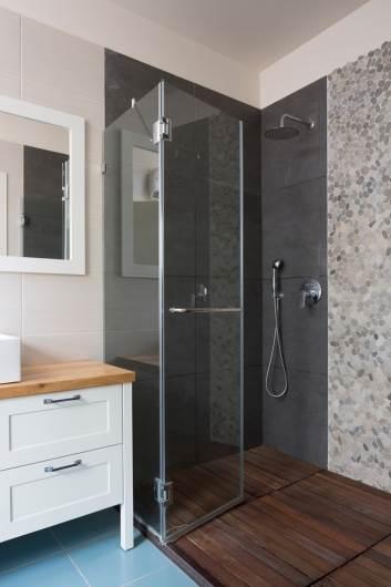 מבט על מקלחון יחידת ההורים המשלב דק עץ