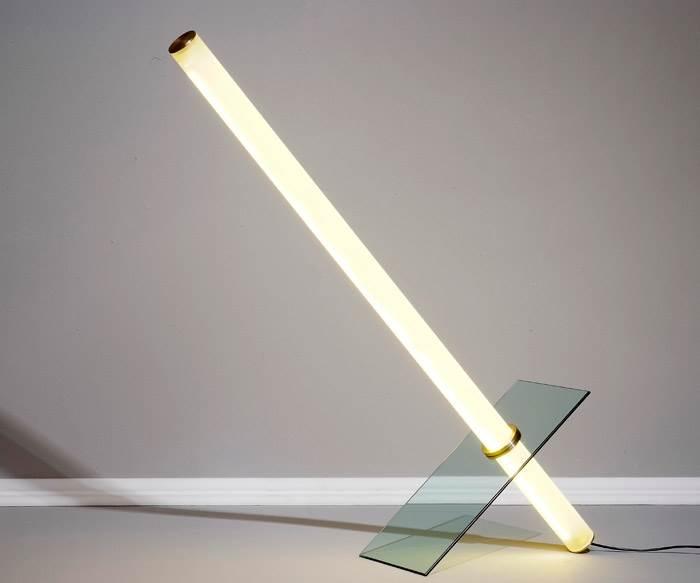 אובייקט אור 005. הסדרה מורכבת מארבעה אובייקטים. כל אובייקט מורכב מזכוכית וצינור אקריליק הכולל 180 נורות LED. צילום: איליה מלינקוב.
