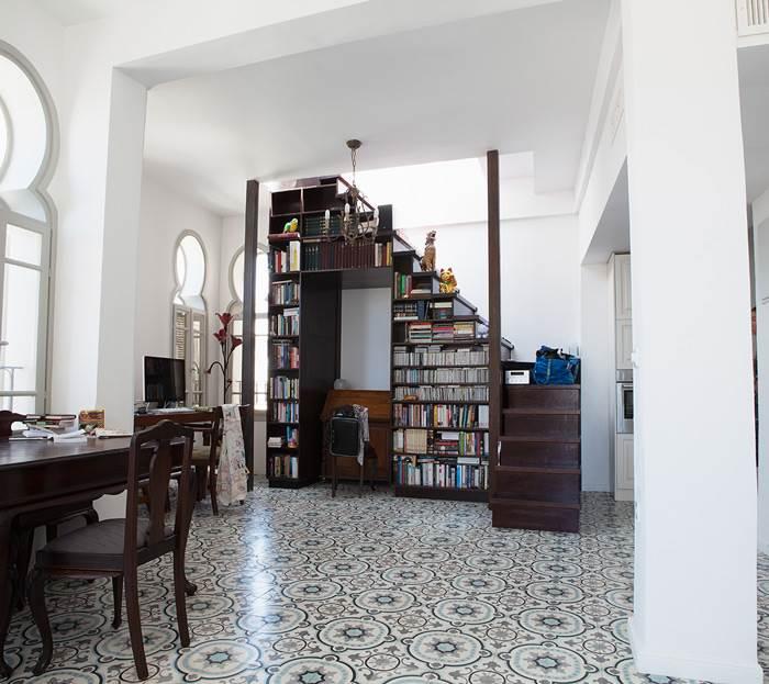 מרצפות מרוקאיות מצויירות לצד עיצוב נקי בלבן