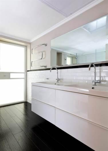 חדר הרחצה ממשיך את הקו העיצובי של הבית