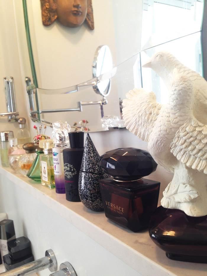 המראה בחדר האמבטיה  תלויה על נישה מעל הכיור עם תצוגת הבשמים המרהיבה. אוסף הבשמים באמבטיה הוא אחד מהאוספים הרבים של ליהי והיא בוחרת אותם לפי עיצוב הבקבוק. אחת לתקופה ליהי משנה את הבשמים בתצוגה.