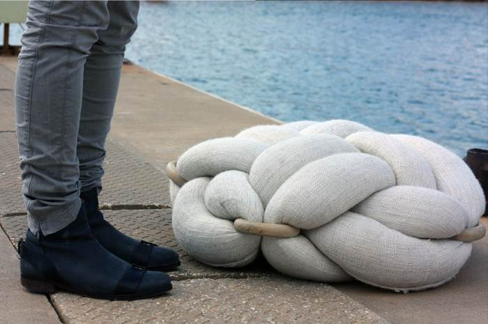 השראות מעולם הים: כרית ישיבה לבנה- Studio KNOTS. צילום: איתמר ישראלי