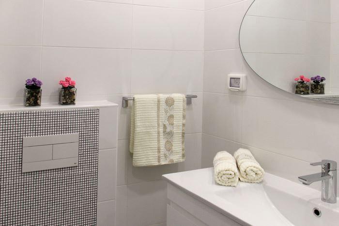 חדרי הרחצה בבית מתאפיינים בגוונים בהירים המייצרים תחושת חלל גדולה יותר ומקושטים בפסיפסים