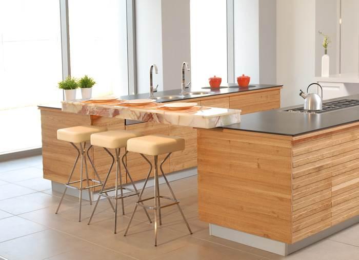 מטבח מעוצב עם צמד איים המחוברים על ידי דלפק - עיצוב של שרון דוד למטבחי גל