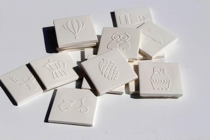 אורן ארבל ונעם טבנקין. אריחי קרמיקה בעבודת יד,  עשויים חימר לבן עם גלזורה שקופה, 11x11 ס