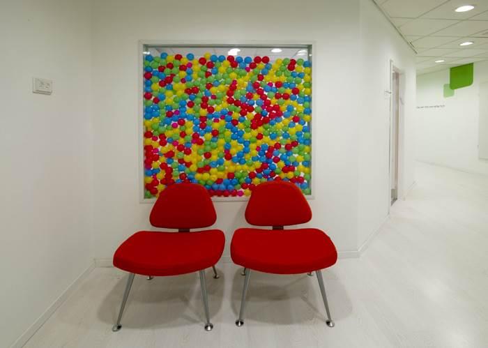דגש על משחקיות בא לידי ביטוי בקיר אשר עוצב בשילוב כדורי ג