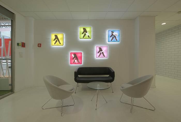 שפה עיצובית אחידה בכניסה לכל קומה נוצרה על ידי שימוש בסמלילי החברה