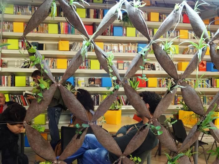 ספריה הפתוחה לציבור בחיפוי רשת של טקסטיל ממוחזר בה שולבו צמחים. צילום: דנה מור