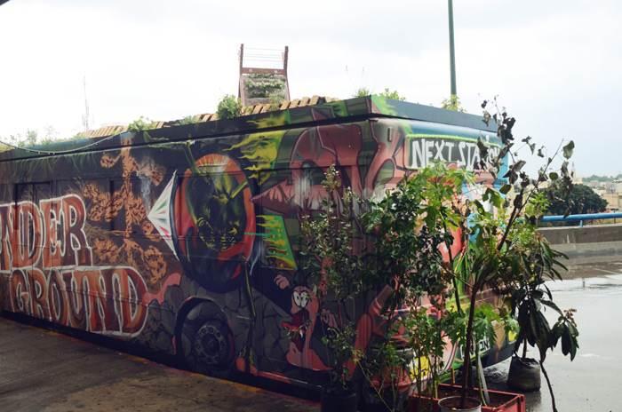 אוטובוס ישן תועל למטרות אמנותיות ואקולוגיות - מיצב מתוך