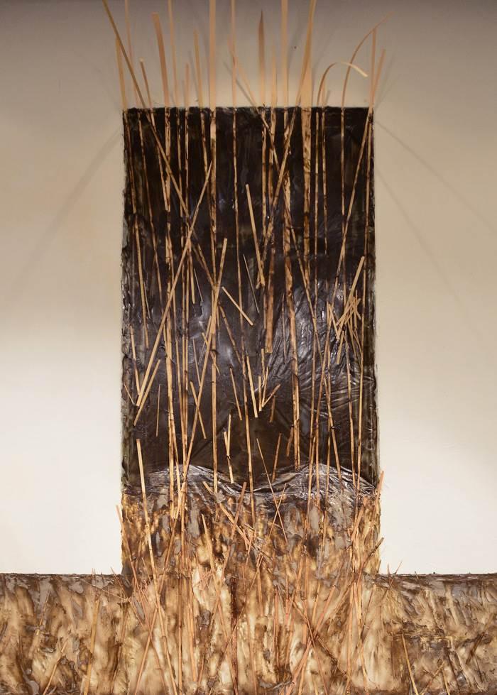 שאלות של גבול וטריטוריה, כסת בוצית עשויה מדבקים אקריליים- עבודה של רותם ריטוב בתערוכה 4 חדרים (צילום: רותם ריטוב)