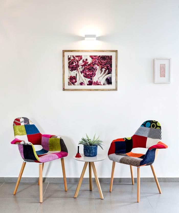 צמד כורסאות צבעוניות יוצרות פינה נעימה לעין