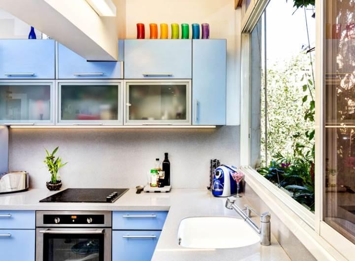 גונב את ההצגה: המטבח בצבעוניות לא שגרתית