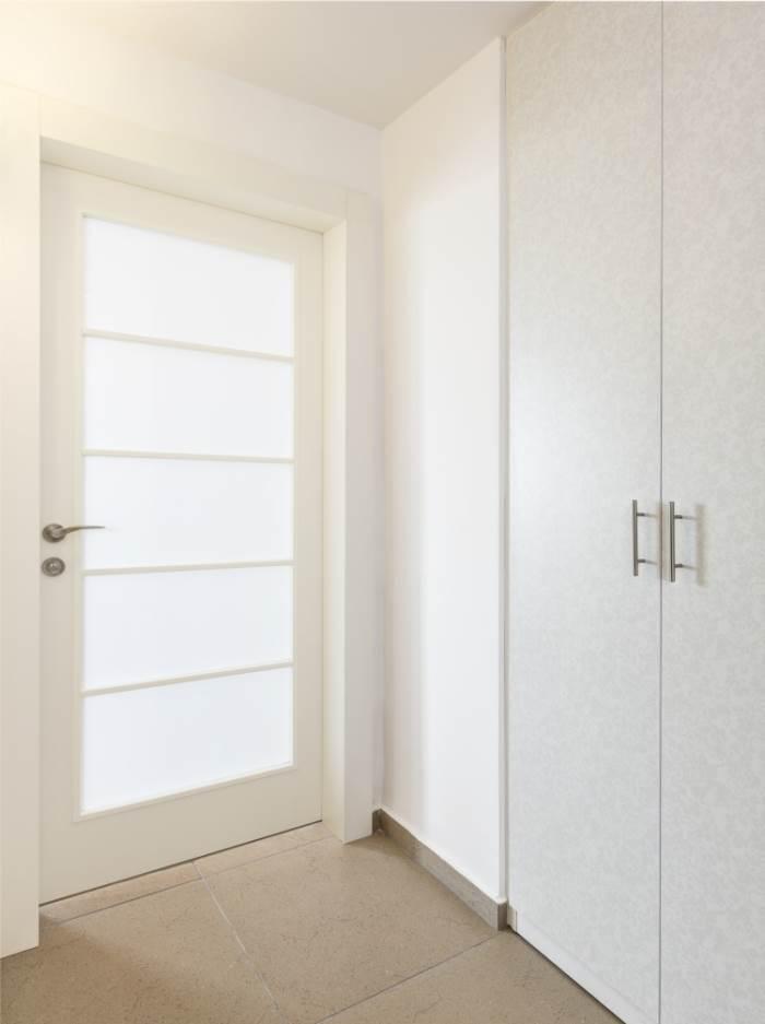 הרחבת הפתחים מאפשרת מעבר מרווח יותר. עבור הדלתות נבחרו דלתות פנדור בדגם יפני