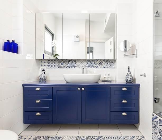 גווני כחול-לבן בחדר האמבטיה