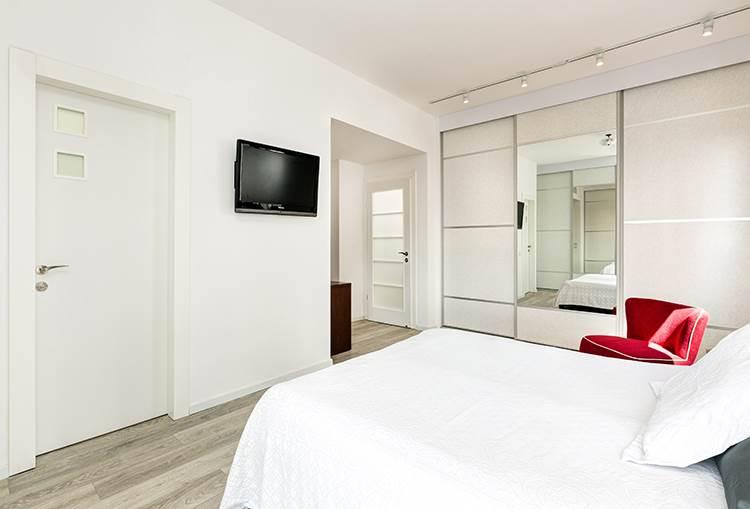 הפרקט משתלב עם גוון האלומיניום האפור: מבט נוסף על חדר השינה