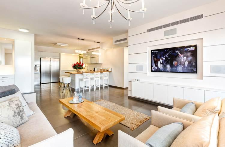 במקום פינת אוכל תוכנן דלפק רב שימושי: מבט מהסלון אל המטבח