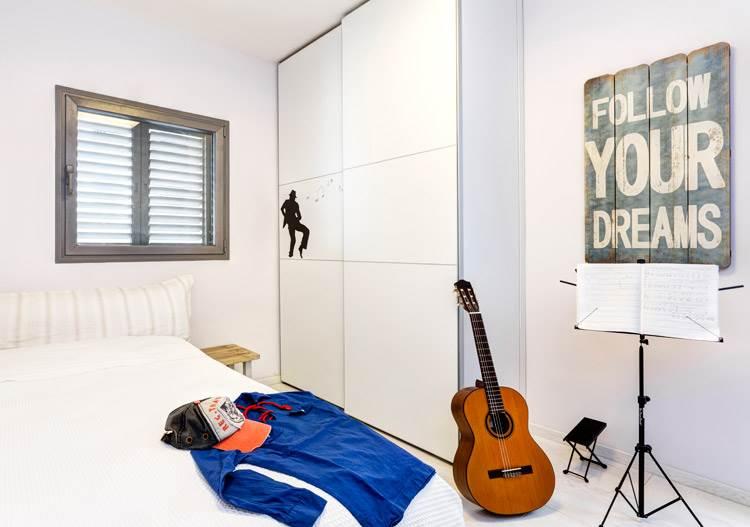 ארונות עם דלתות הזזה בחדרים: חדרו של הבן