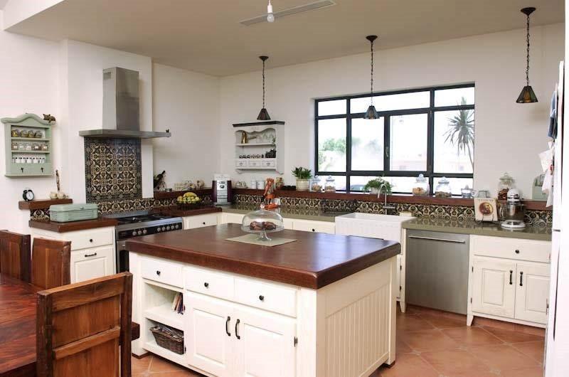 מטבח שבו אין כלל ארונות עליונים, ולכן ישנה חשיבות רבה לאי במטבח, שם ימוקם אזור אחסון הכלים. הקרבה לשולחן האוכל מאפשרת הגשה נוחה של הכלים לשולחן. מטבח של פייב דיזיין