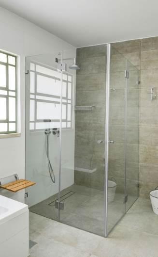 """מקלחון פינתי ISRAELI GLASS בעל שתי דלתות במידה 90/90. עובי הזכוכית 8 מ""""מ, אקסטרה קליר. צילום: א. ישראלי"""