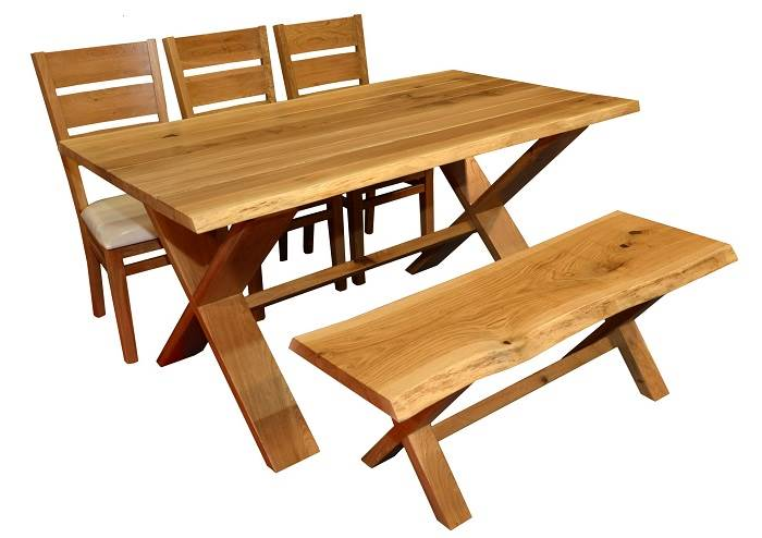 פינת אוכל רגל X מעץ גזום המגיעה עם 6 כיסאות וספסל. <br/>מעניקה מראה כפרי ומעוצב לחלל הבית. <br/>צילום: יח