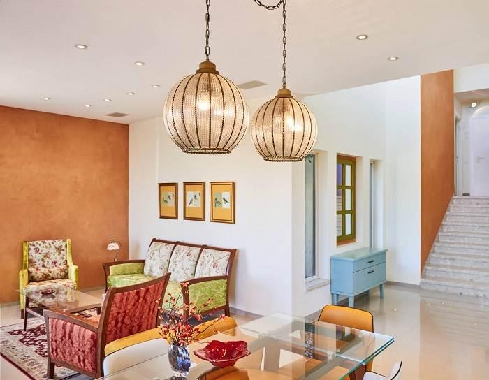 גופי התאורה שנבחרו הם גופי תאורה מנחושת, מעוטרים בזכוכית כדי לייצר בית חם ורומנטי. | צלם: Ligthmill Studio