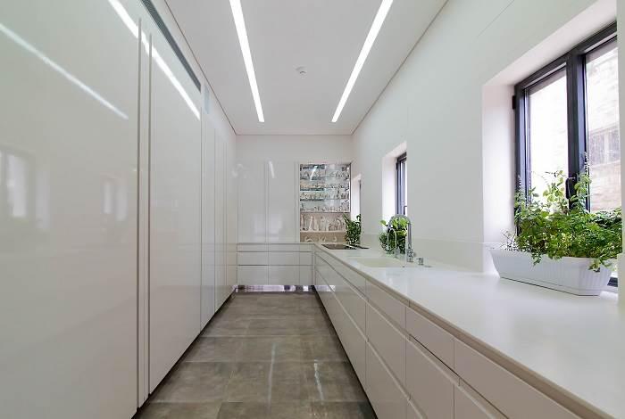 הצבע הלבן בשילוב קווים ישרים ונקיים יוצרים מראה מינימליסטי מודרני. <br/>| צילום: דוד יכין