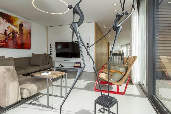 עיצוב דירת גג בנווה צדק - מבט אל הסלון ופרטי האמנות<br/>צילום: רונן קוק