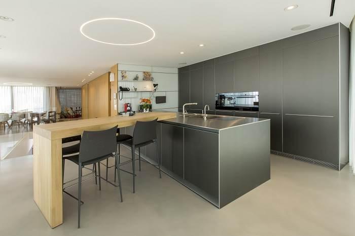 עיצוב דירת גג בנווה צדק - מבט אל המטבח<br/>צילום: רונן קוק