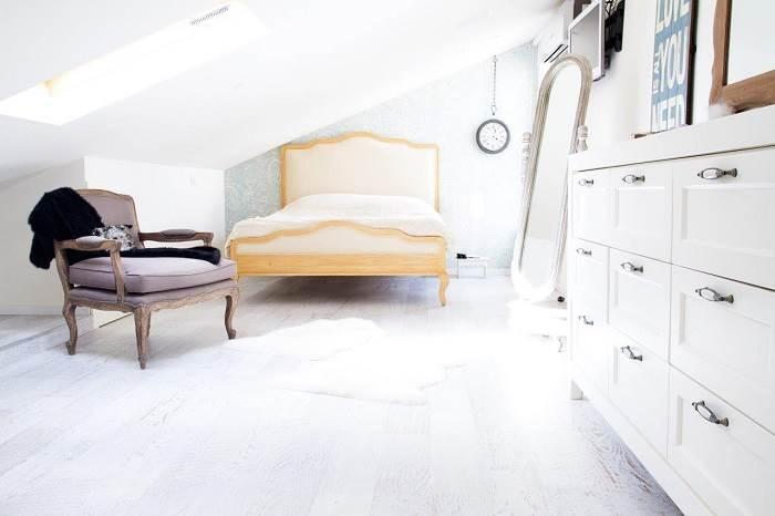 עליית הגג הוקדשה לבת הגדולה, חדרה מעוצב בסגנון רומנטי ורך עם צבעים בהירים ורכים<br/>(צילום: איה אפרים)
