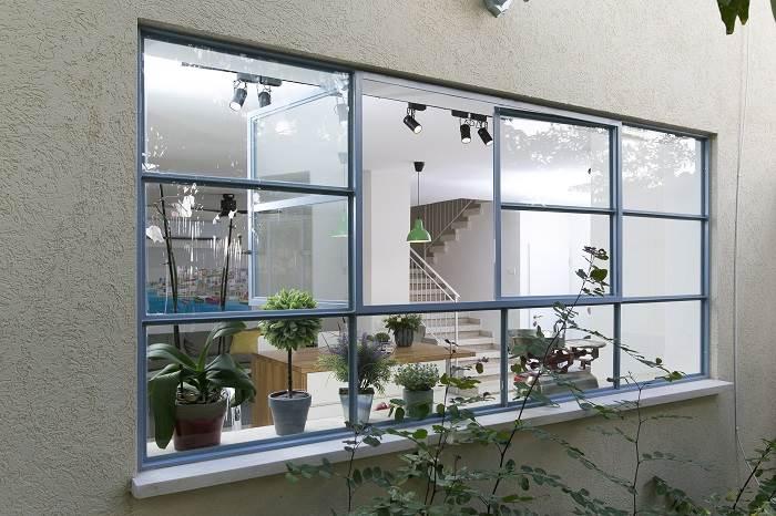 עיצוב בית בצפון תל אביב- מבט מבחוץ למטבח. צילום: שירן כרמל