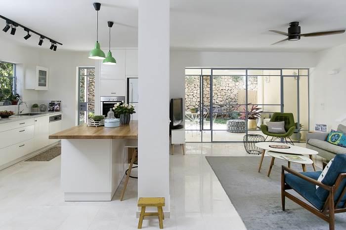 עיצוב בית בתל אביב- מבט אל המטבח והסלון. צילום: שירן כרמל