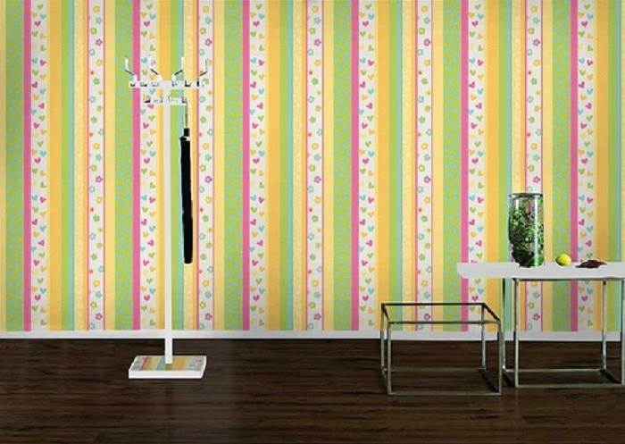 טפט פסים ולבבות, מעניק לחדר תחושת גובה ומעשיר את החלל בצבעים שמחים | קרדיט לתמונה: BlindsUs