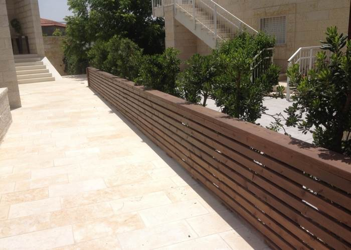 גדר פיתוח מעץ. תכנון וביצוע: רפאל ויצמן. צילום: רפאל ויצמן