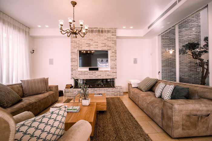 עיצוב הסלון משלב בין העיצוב הכפרי למודרני. האווירה רומנטית ומרגיעה