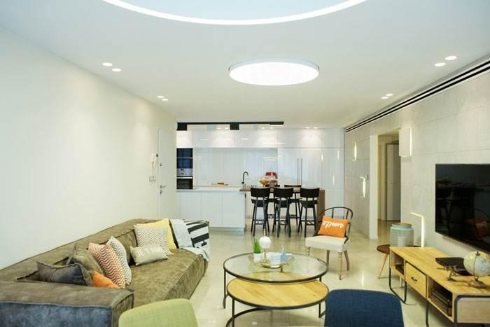 בחרו בפריטי עיצוב אשר ישמשו לכמה מטרות במקביל כמו שולחן קפה שהתחתית שלו היא מקום לאחסון שמיכת הטלוויזיה   טיפים לעיצוב: מירב בן ארי   צילום: איה אפרים