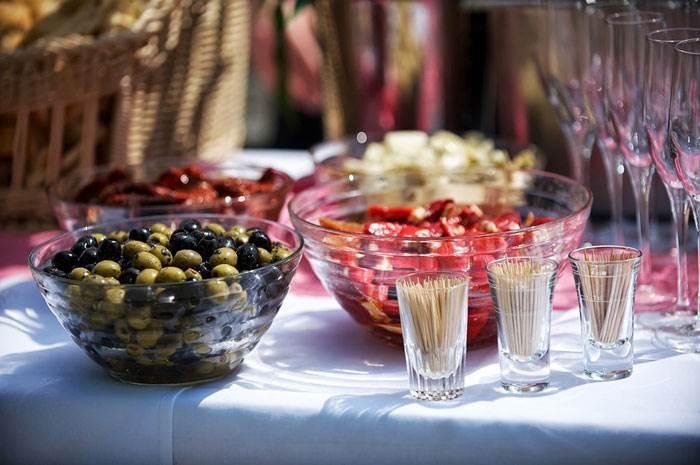 סדרו את השולחן מספר ימים לפני ובדקי את שילובי הסרוויסים | טיפים לעיצוב: מירב בן ארי | צילום: איה אפרים