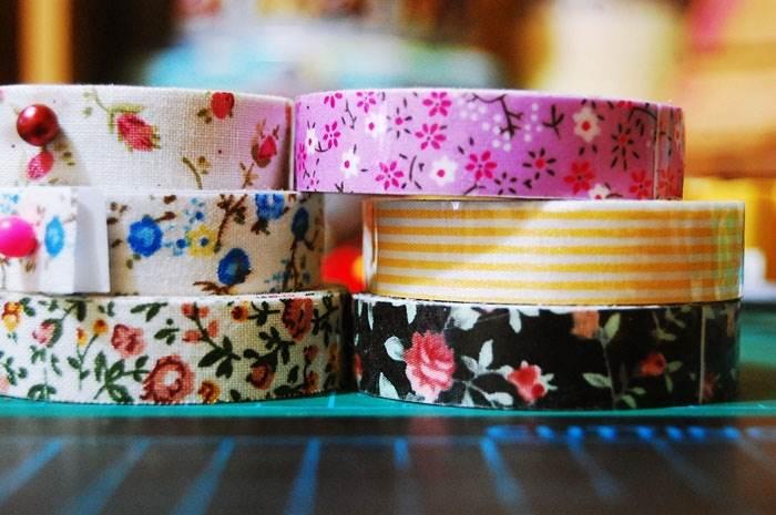 לכלי הגשה: כדים, קנקנים, צנצנות, כוסות וכדומה, ניתן להוסיף דוגמאות וצבעים בעזרת וואשי טייפ או נייר דבק צבעוני | טיפים לעיצוב: מירב בן ארי | צילום: איה אפרים