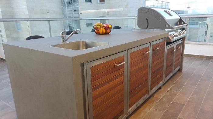 מטבח חוץ במרפסת שמש - מותאם באופן מושלם ובשילוב עץ
