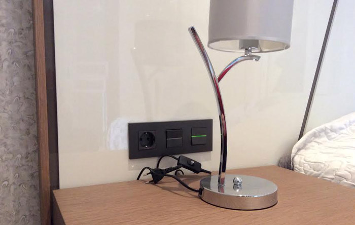 נקודות חשמל משתלבות באופן מושלם עם ראש המיטה