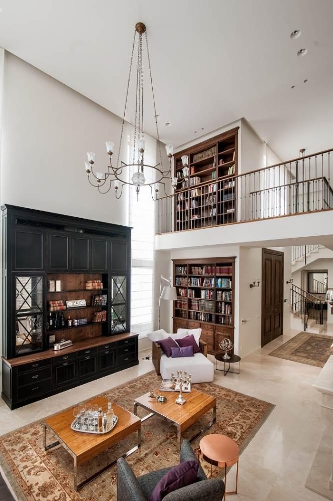 ספרייה מתפרסת לאורך הבית. מתוך פרוייקט של שירלי דן, קרדיט גלעד רדט