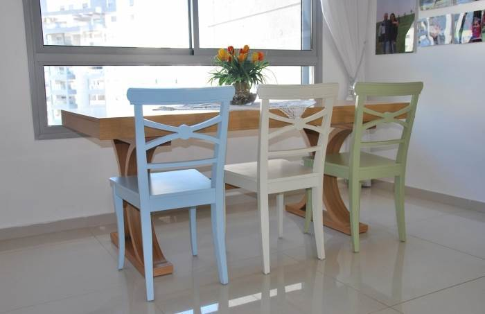 כסאות כפריים צבעוניים