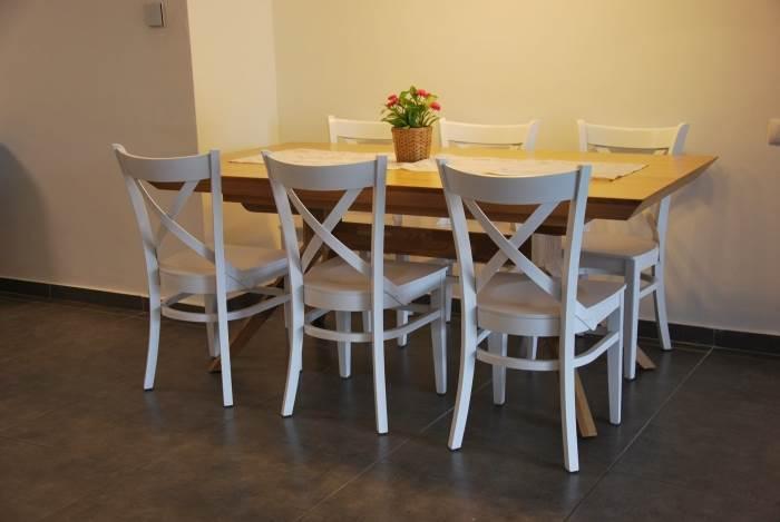 כסאות עץ עדינים לפינת אוכל