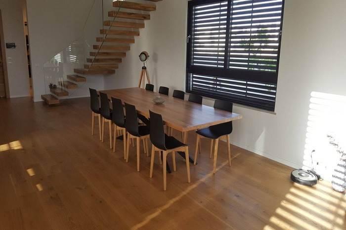 שולחן פלטה אלון עם רגליים שחורות וכסאות פלסטיק שילב רגלי עץ אלון