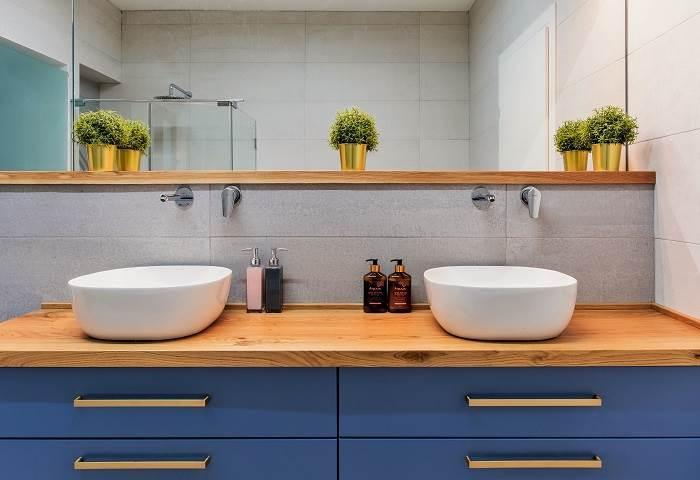 חדר רחצה כללי מחופה באריחים  , השידה בצבע כחול רויאל