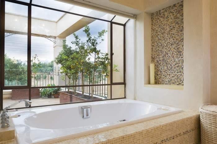 חדר האמבטיה המרווח עם פסיפס האבן, צילום:יונתן בלום